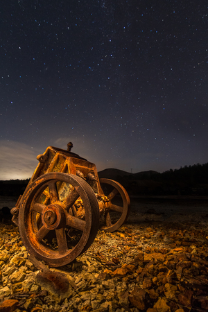 Mining rusty wagon at night in Rio Tinto, Huelva, Andalusia, Spain. Night Scene. Lightpanting. Imagens