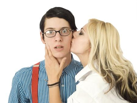 geek: Hombre de negocios de nerd sorprendido por el beso de chica bonita Valent�n aislada en blanco Foto de archivo