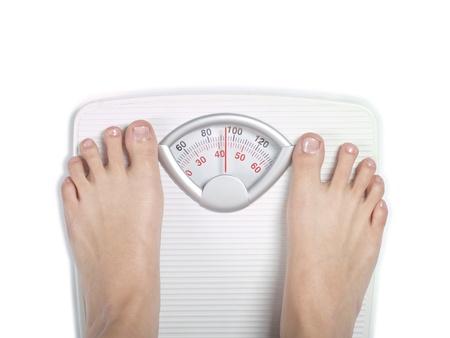 gewicht skala: Die F��e auf Di�t Waage im Badezimmer