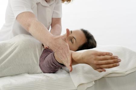 trapezius: Kinesi�logo o fisioterapeuta treat Trapecio Foto de archivo