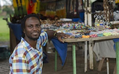 campagna: African piccolo venditore di affari curiosita vendita di oggetti etnici a Howick, KwaZulu-Natal Sud Africa Archivio Fotografico
