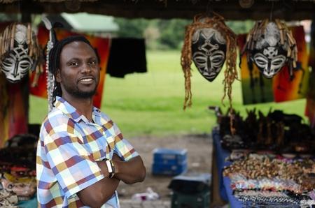 African piccolo venditore di affari curiosita vendita di oggetti etnici a Howick, KwaZulu-Natal Sud Africa Archivio Fotografico - 26441448