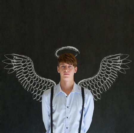 angel de la guarda: Ángel Maestro, vendedor, estudiante o inversionista hombre con alas y un halo de tiza