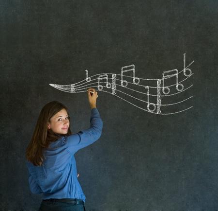 listening to music: Aprenda mujer de negocios de m�sica, estudiante o profesor tiza fondo de la pizarra