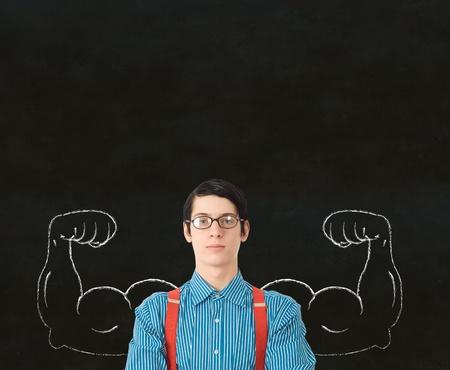 educacion fisica: Hombre de negocios del empoll�n friki, estudiante o profesor con fuertes m�sculos del brazo sano tiza para el �xito Foto de archivo