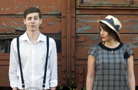 parejas de amor: Hipster amor rom�ntico pareja cara divertida entorno industrial vendimia Retro Foto de archivo