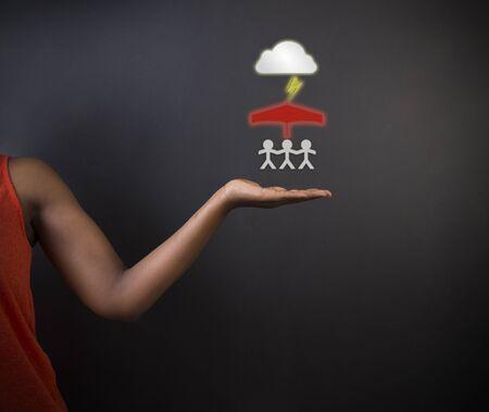 planificación familiar: Profesor o estudiante mujer sudafricana o afroamericanos pensando en la protección de la familia de los desastres naturales en el fondo pizarra