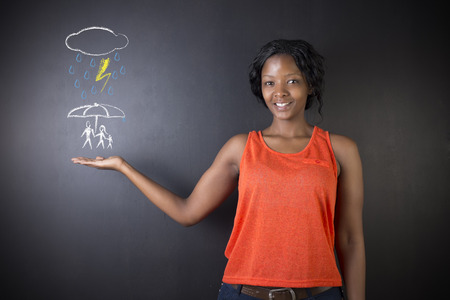 Zuid-Afrikaanse of Afro-Amerikaanse vrouw, leraar of student te denken over de bescherming familie uit natuurramp op bordachtergrond