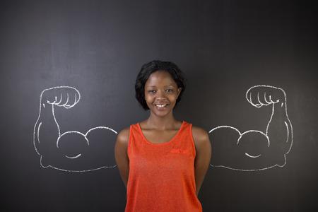 educacion fisica: Profesor de la mujer sudamericana africano o africano con fuertes y sanos los músculos del brazo para el éxito en el fondo pizarra