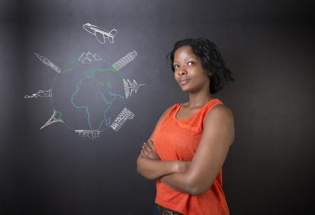 mapas conceptuales: Profesor o estudiante mujer sudafricana o afroamericanos pensando en tiza chorro de viajes mundial globo y en un fondo de la pizarra