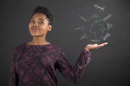 wereldbol: Zuid-Afrikaanse of Afro-Amerikaanse zwarte vrouw, leraar of student naar de kant met haar hand met een wereldbol voor reizen die zich tegen een krijt schoolbord achtergrond binnen