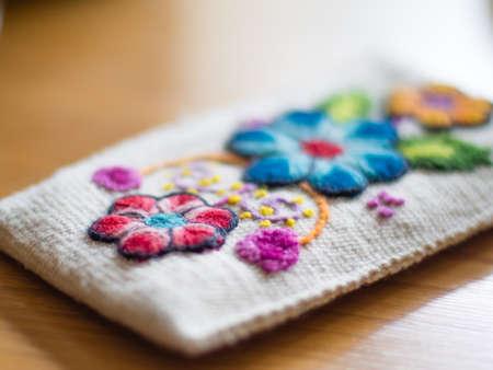 花を持つ南アメリカのボリビアからカラフルな手作り財布。
