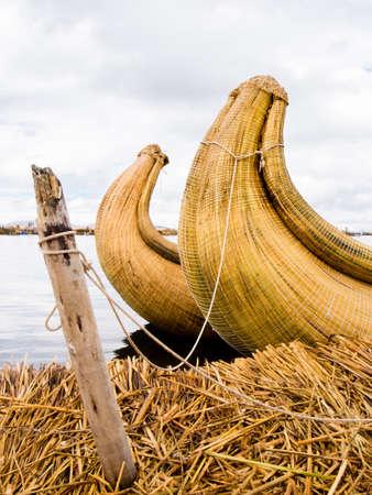 ペルーのチチカカ湖にある葦島で葦の船。
