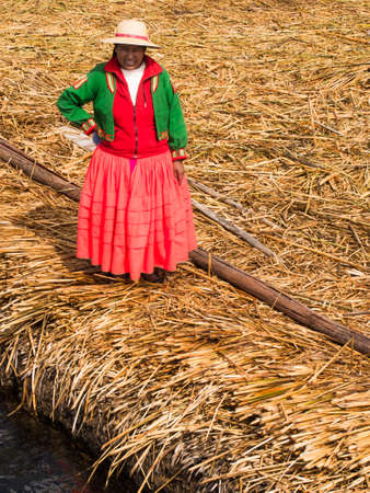 リード島、ペルーで赤いドレスを着た女性 報道画像