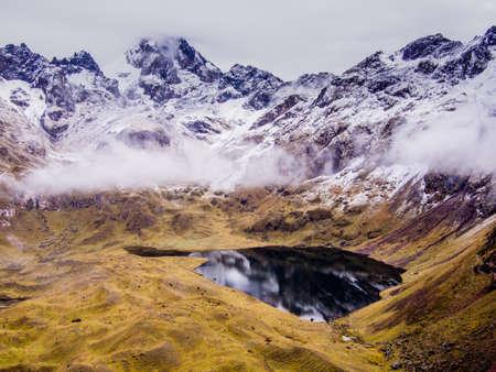 雪を覆った美しい反射湖のペルー、アンデス山脈。