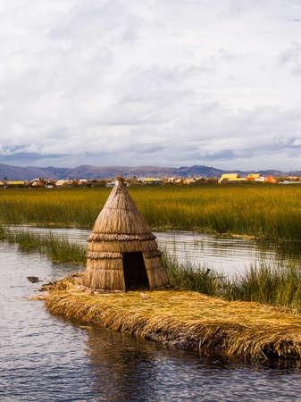 葦島ペルーのチチカカ湖に原始的な葦の家