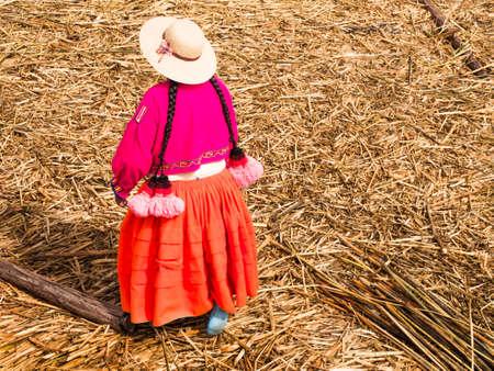 ペルーのチチカカ湖の葦島の女性。