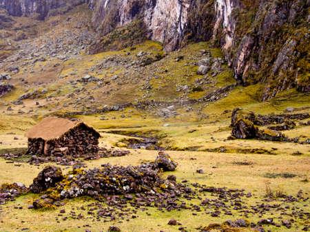 原始石 treeline の上ペルーのアンデス山脈の住居します。 写真素材