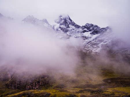 雲や霧によってピーク アンデス山脈 写真素材
