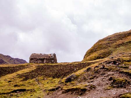 Treeline の上ペルーのアンデス山脈の原始的な石造りの家。 報道画像