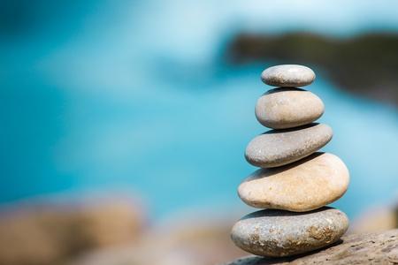 piedras zen: Saldo de piedra en la costa del río Foto de archivo