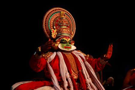 Thiruvalla, INDIA - NOV 05,2010- artista Kathakali esibirsi in teatro di un festival del tempio in Thiruvalla, Kerala, India. Kathakali è la tradizionale forma di danza classica del Kerala. Archivio Fotografico - 35780416