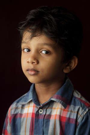 niño de pie: Retrato de un niño de origen indio