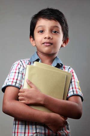 niños riendose: Muchacho sonriente escuela con cuadernos en sus manos