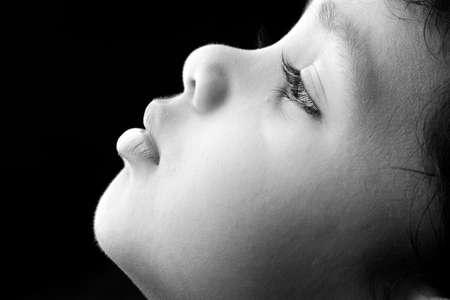 caras emociones: Perfil lateral de un niño de la India