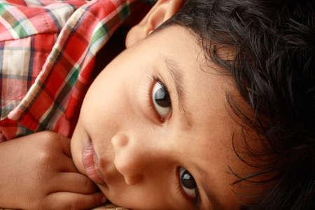 niños tristes: Retrato de un niño indio guapo