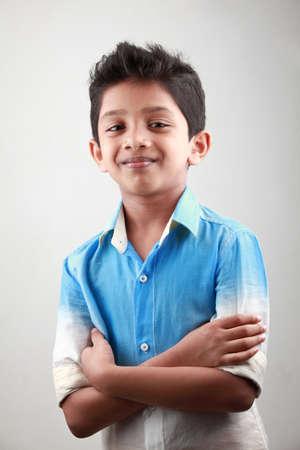 niño parado: Retrato de un niño indio con las manos atadas Foto de archivo