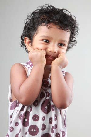 bebes niñas: Niña sonriente muestra algunas acciones