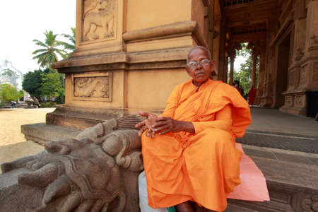 vihara: COLOMBO, SRI LANKA - DEC 11,2013- An unidentified Buddhist monk come to do prayers at the Kelaniya Raja Maha Vihara  in Colombo, Sri Lanka. Editorial