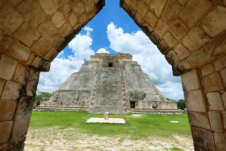 Piramide van de Tovenaar (Piramide del Adivino) in de oude Maya stad Uxmal, Mexico