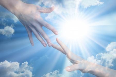 mano de dios: Esperanza de paz. Las manos en el fondo la luz del sol Foto de archivo