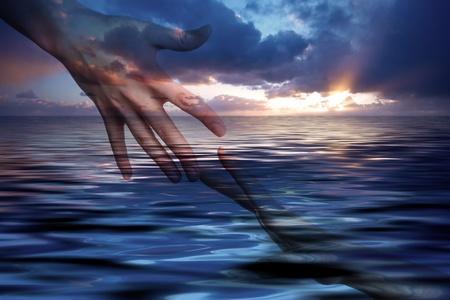 mano de dios: La esperanza de la paz. Las manos en el fondo de la salida del sol del oc�ano