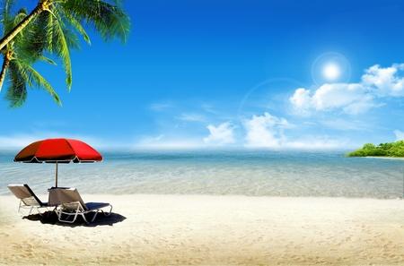 열대 섬 : 바다의 바다와 야자수, 해변 우산 및 갑판 의자가있는 열대 해변 스톡 콘텐츠