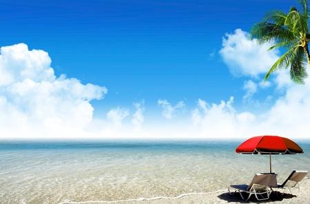 팜, 비치 파라솔 및 갑판의 자 바다와 열대 해변 : 열대 파라다이스