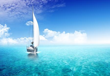 voile bateau: Bateau � voile dans l'oc�an avec la lumi�re du soleil dans le backgroiund Banque d'images
