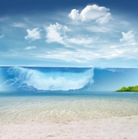 열 대 해변에 쓰나미