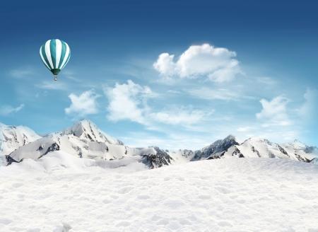 뜨거운 공기 풍선이 푸른 하늘을 비행 설원과 산 풍경