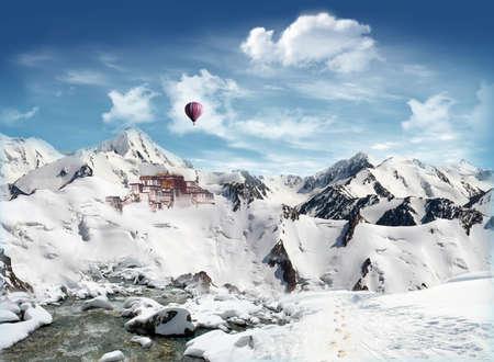 雪原とストリームと青空背景には雲と山の中でチベットのランドマーク