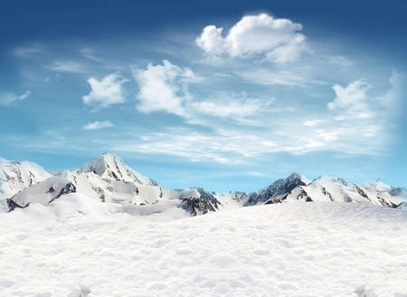 Snowfield and mountain landscape with blue sky and clouds in the background Imagens