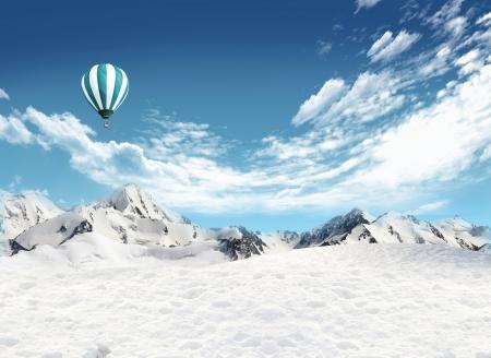 Schneefeld und Berglandschaft mit Hei�luftballon fliegen in den Himmel Lizenzfreie Bilder