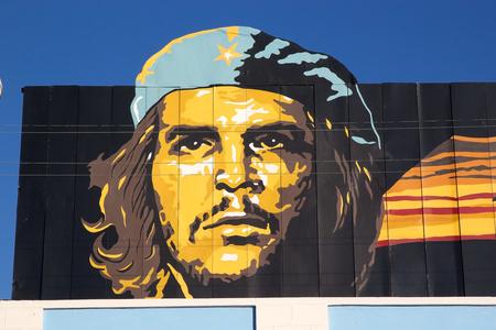 Kubanischen Propaganda mit dem Che Guevara Bild entlang der Stra�e an der Cienfuegos, Kuba