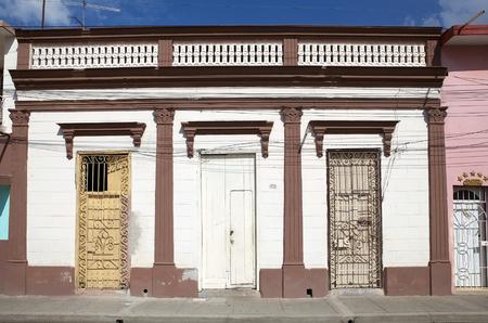 casa colonial: Casa colonial tradicional a lo largo de la calle en el Bayamo, Cuba