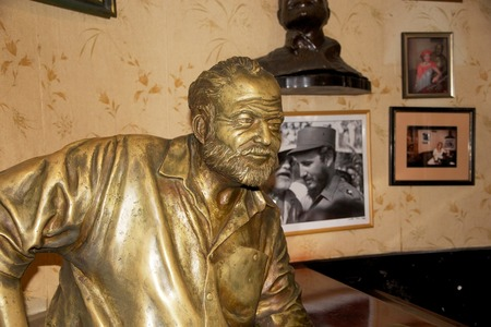 Floridita 안에 어니스트 헤밍웨이의 동상 역사적인 레스토랑과 오래 된 하바나, 쿠바, 하바나에서에서 칵테일 바 1817 년에 열었다. 노벨상을 수상한 미국 에디토리얼