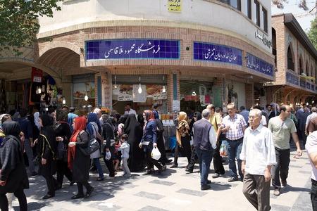 이란 사람들은 테헤란,이란의 거리를 따라 오래된 시장 인 바자에서 걷고있다. 에디토리얼