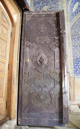 safavid: The door of the Sheik Lotfollah Mosque at the Naqsh-e Jahan square, Isfahan, Iran. The mosque is one of the architectural masterpieces of Safavid iranian architecture. The costraction started in 1603 and was finished in 1619. Editorial