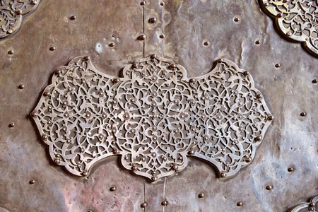 safavid: Details of the door of the Sheik Lotfollah Mosque at the Naqsh-e Jahan square, Isfahan, Iran. The mosque is one of the architectural masterpieces of Safavid iranian architecture. The costraction started in 1603 and was finished in 1619. Editorial